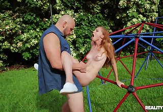 Open-air fun in the parking-lot with a pygmy whore thirsty and dirty