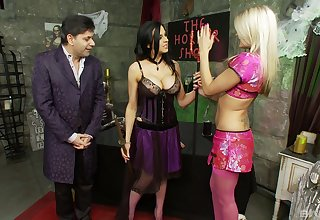 Dissolute FFM threesome with pizzazz sluts and one very lucky dude