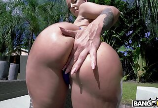 Curvy beauty tries the hammer upon by the unify