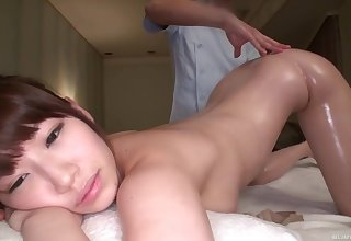 Matsumoto Honoka gets her pussy magical during the massage