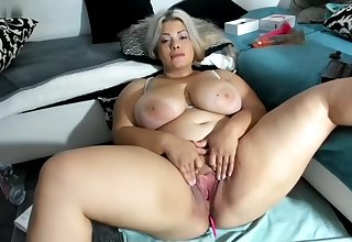 Curvy chubby Blonde BBW tot spreading